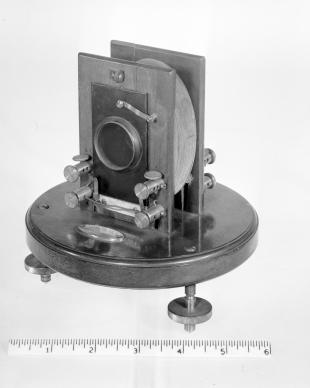 reflecting galvanometer with moving magnet