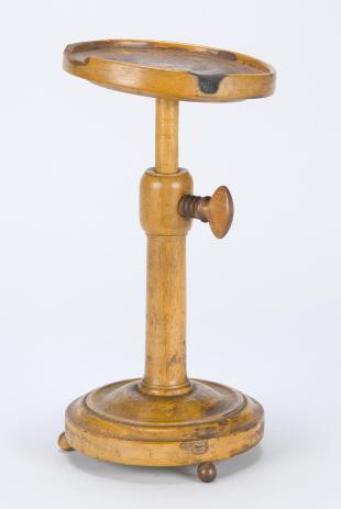adjustable stand to support chemical apparatus