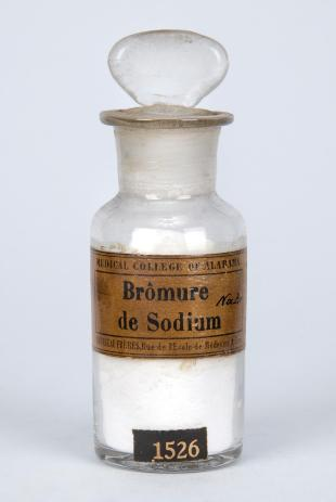 "stoppered glass bottle of ""Brômure de Sodium"""