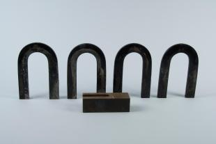 4 horseshoe magnets with horseshoe-shaped keeper