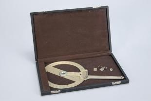 360 protractor with a Vernier + drawing arm in original case