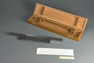 Minot-type microtome knife