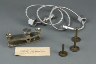 clothes-pin type microtome specimen holder